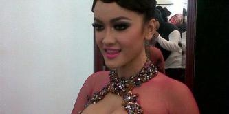 Julia Perez mengenakan busana pengantin rancangan Raden Sirait