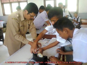 Jeslin Simatupang, SAg, MPdK bersama siswa SMKN 2 Siatasbarita (foto : JS)