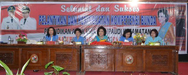 Satika Simamora SE memberikan arahan kepada para guru PAUD