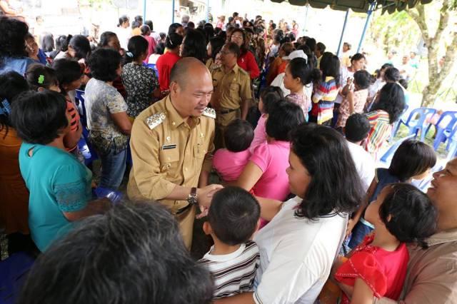 Foto : Bupati Taput Drs Nikson Nababan disambut warga Saitnihuta.