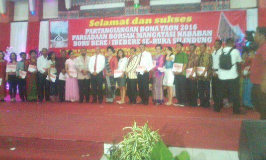 Foto bersama Bupati Taput Drs Nikson Nababan dan penerima beasiswa diwakili orangtua.