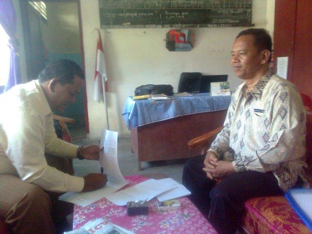 Kepala Sekolah SMPN 2 Parmongan Belman M Rumahorbo SPd (kiri), Bendahara Dewan Pendidikan Taput Ramlan Nababan AMd (kanan). (foto : Ratno Nababan)