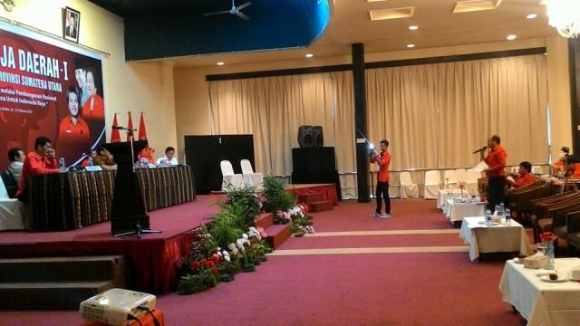 Berdiri Bupati Taput Drs Nikson Nababan memberikan usulan ke Komisi B DPRDSU