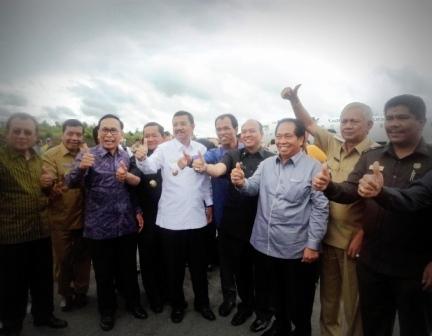 Plt Gubernur Sumut Tengku Erry Nuradi bersama empat bupati kawasan Danau Toba dan tokoh masyarakat Tapanuli mengacungkan jempol sebagai ekspresi kegembiraan atas pendaratan perdana pesawat Garuda Indonesia di Bandara Silangit, Selasa (22/3/2016) pukul 11.30 WIB.