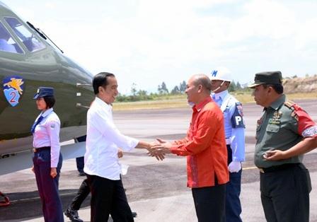 Presiden RI Ir Joko Widodo bersalam dengan Bupati Taput Drs Nikson Nababan (Foto : Ramlan Nababan)