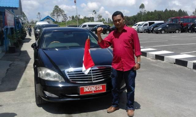 Mardostahi Nababan ST berfose di depan Mobil RI-1 (Mardostahi) di Bandara Silangit (MN)