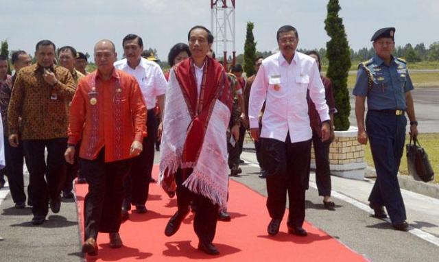 Bupati Taput Drs Nikson Nababan dan Presiden RI Ir Joko Widodo pake ulus Batak (Foto : Ramlan Nababan)