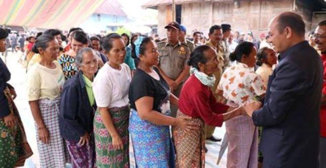 Bupati Taput Drs Nikson Nababan menerima ucapan terimakasih dari warga Hutagurgur Sipahutar