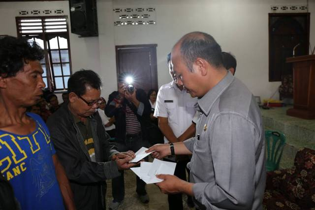 Bupati Taput Drs Nikson Nababan serahkan bantuan kepada Panji Sibagariang