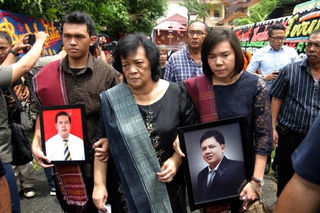 DANIL SIREGAR/SUMUT POS - Jenazah Parada Toga Fransriano Siahaan (30), Juru sita Penagihan Pajak tiba di rumah duka di Jalan Air Bersih Medan, Rabu (13/4). Parada merupakan satu dari dua korban tewas ditikam, setelah terlibat baku hantam dengan pelaku wajib pajak, yang merupakan pengusaha karet Agusman Lahagu Als Ama Tety (45), di Gunungsitoli, Sumatera Utara.