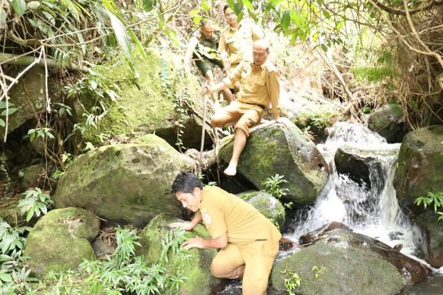 Bupati Drs Nikson Nababan berjalan kaki menuju lokasi sumber air bersih (RN)