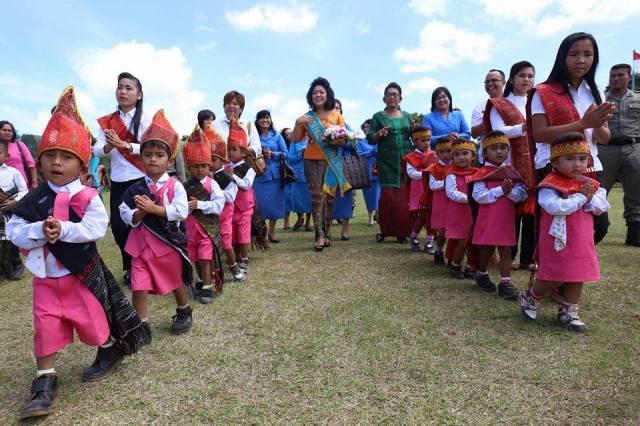 Ny Satika Nikson Nababan didampingi Ibu Yayasan Parsaoran Nurcahaya Nababan memasuki acara peresmian PAUD Natas School
