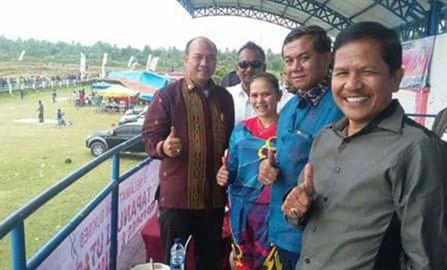 Bupati Taput Drs Nikson Nababan dan pembalap wanita Endang Harahap